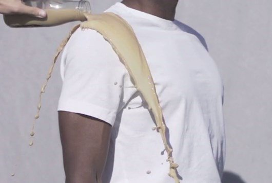 Incrível: camiseta de sílica consegue repelir qualquer tipo de líquido