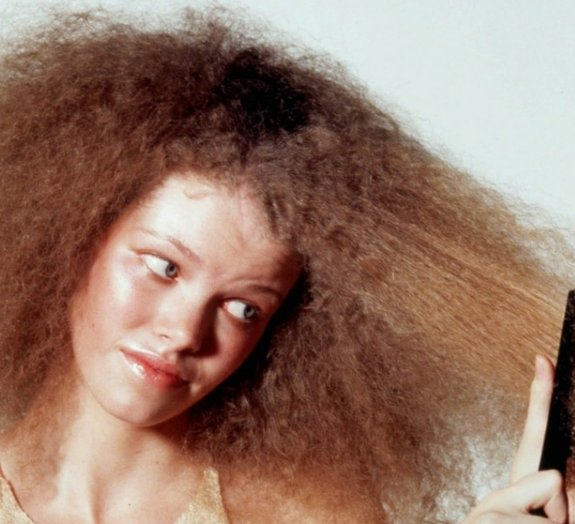 Por que a umidade deixa seu cabelo revoltado?