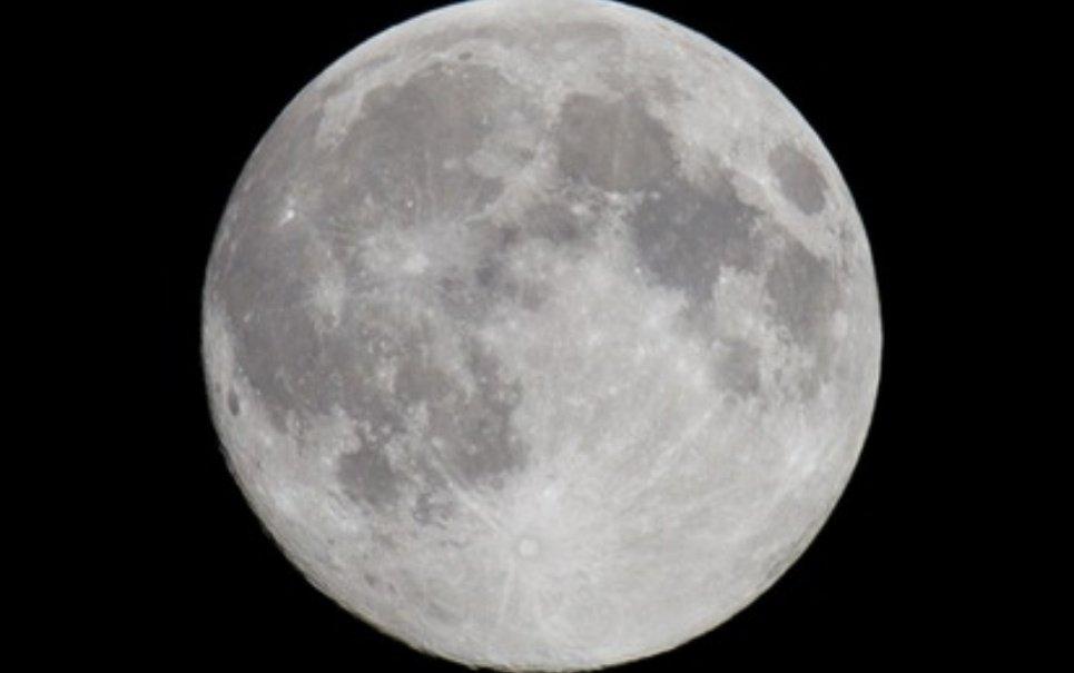 A água que temos em nosso planeta é igual à presente na Lua?
