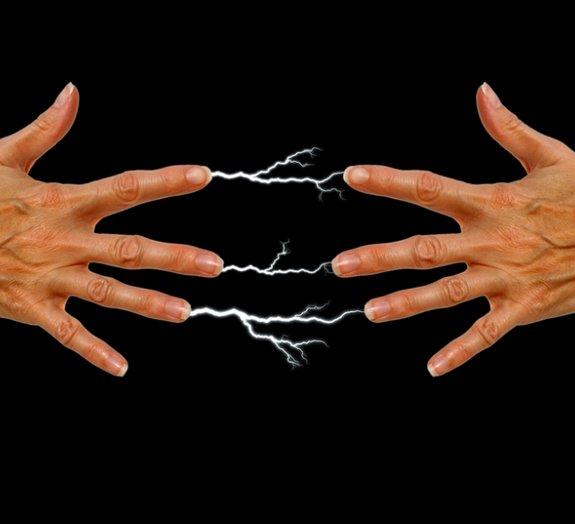 Por que às vezes levamos choques quando tocamos outra pessoa?