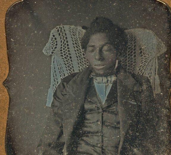 Sinistro: capturar fotografias com os mortos foi algo comum no passado