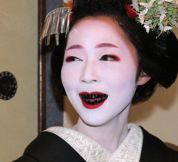 Costumes do Japão: Ohaguro, a antiga prática de pintar os dentes de preto
