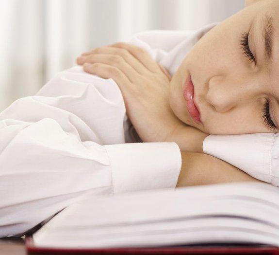 Mistério: doença está fazendo pessoas dormirem de repente por até seis dias