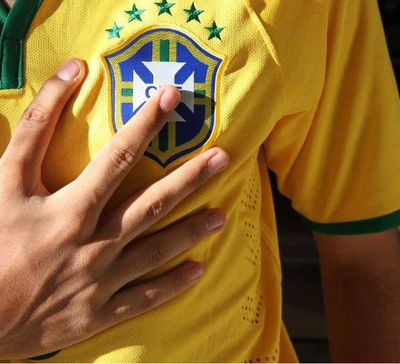Família Hexa: 14 parentes com 6 dedos em cada mão planejam festa da Copa