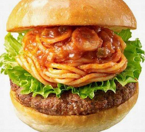 Rede de fast food no Japão vende hambúrguer com espaguete
