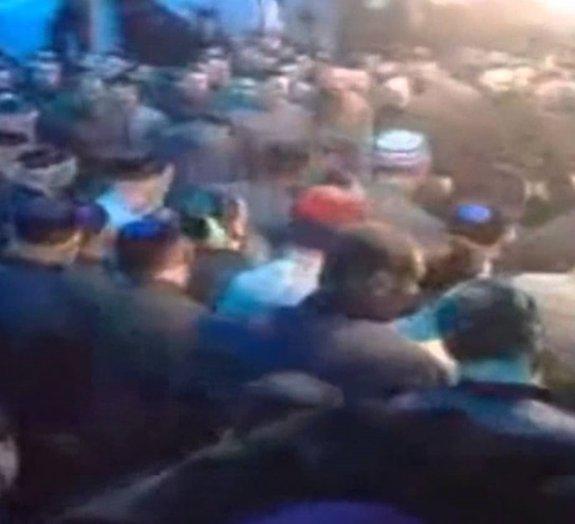 Fascinante vídeo mostra centenas de homens formando um redemoinho dançante