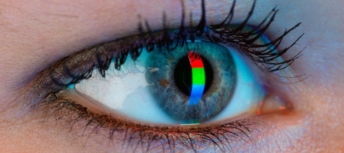 Mito ou verdade: sentar perto demais da TV faz mal para os olhos?