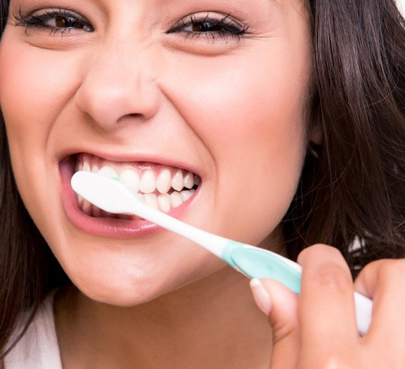 Por que ir dormir sem escovar os dentes pode ser tão ruim para você?