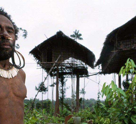Canibalismo: conheça os Korowai, a última tribo antropófaga existente