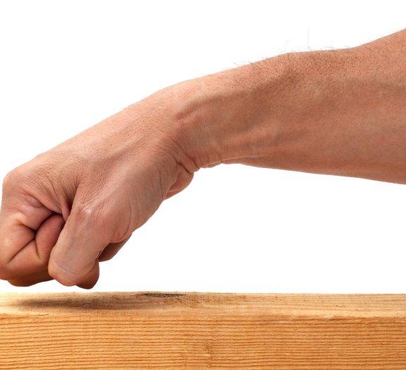 Por que batemos na madeira para afastar a má sorte?