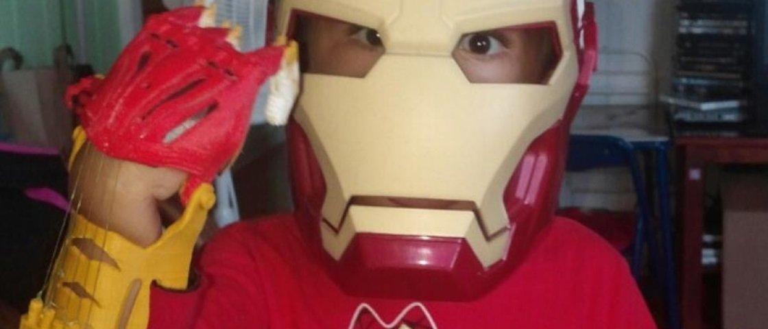 Garoto de três anos ganha prótese do Homem de Ferro