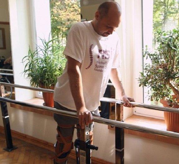 Homem paralisado volta a caminhar após tratamento com células do nariz