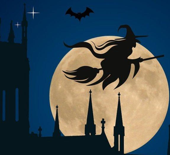 A curiosa história de por que as bruxas são retratadas voando em vassouras
