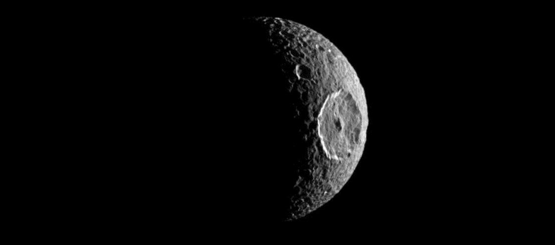 Comportamento de satélite de Saturno é mais exótico do que se pensava