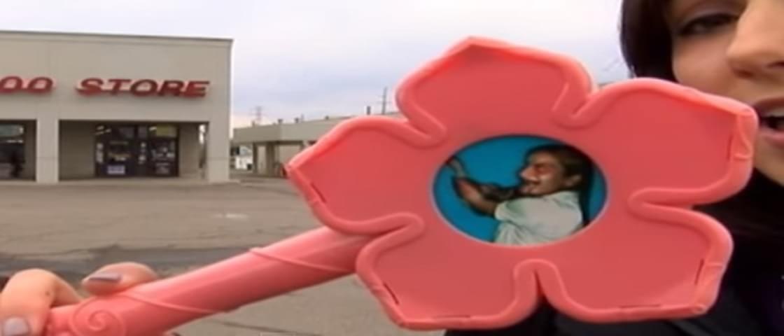 Susto: brinquedo esconde uma imagem diabólica em seu interior