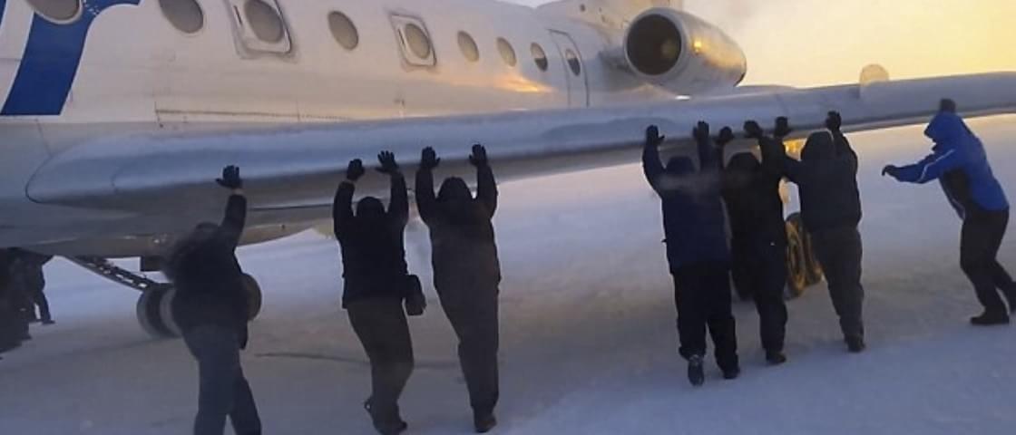 Na Rússia, passageiros ajudam a empurrar aeronave [vídeo]