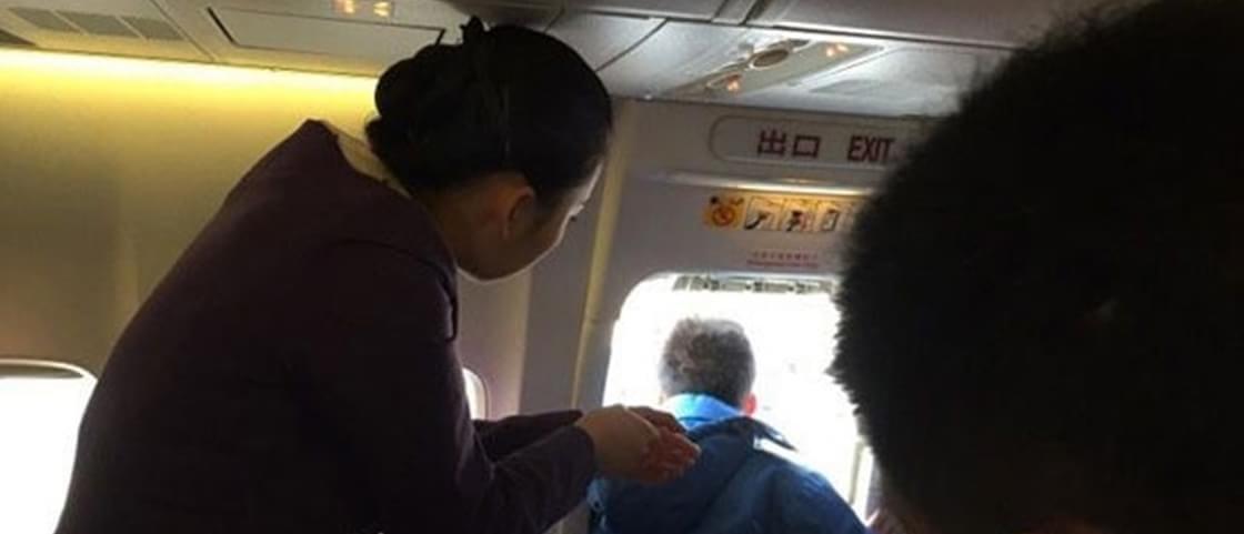 Nunca faça isso: chinês abre porta de avião para tomar um arzinho