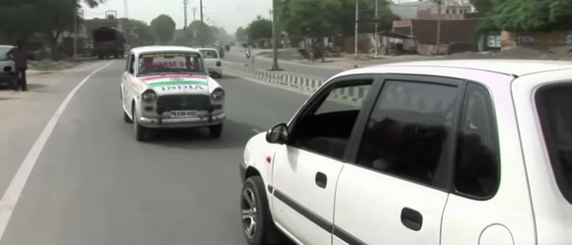 Taxista indiano dirige para trás há 11 anos e tem autorização para isso