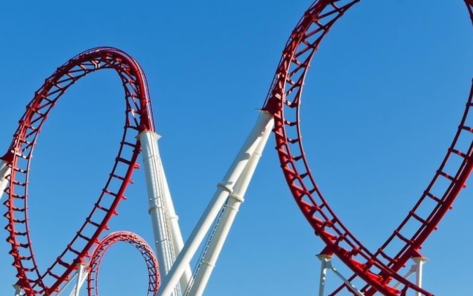 Por que os loops das montanhas-russas não são exatamente circulares?
