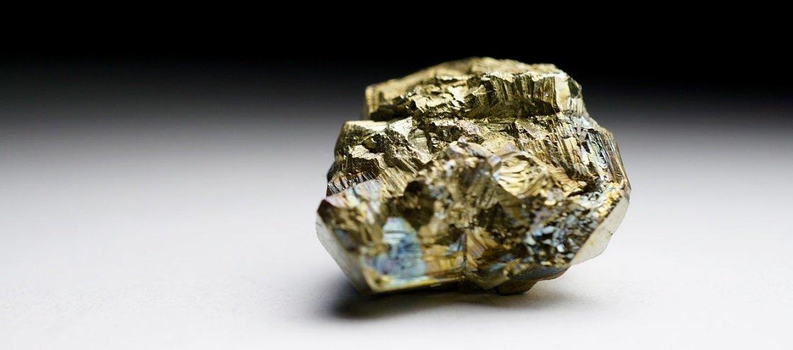 Se o ouro é naturalmente amarelo, como é que o ouro branco é feito?