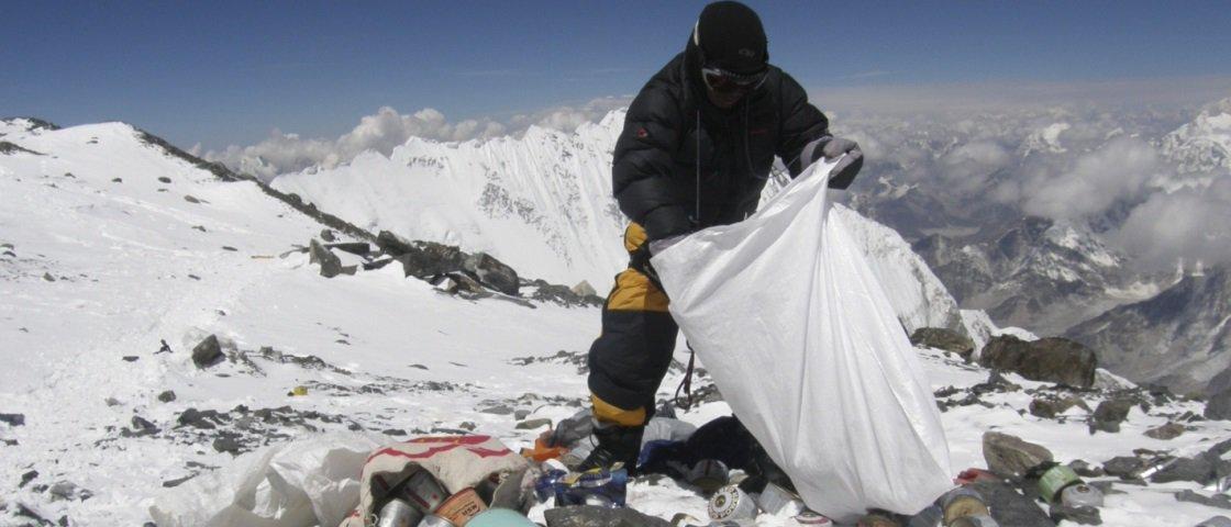 Monte Everest está detendo um novo recorde e ele não cheira nada bem