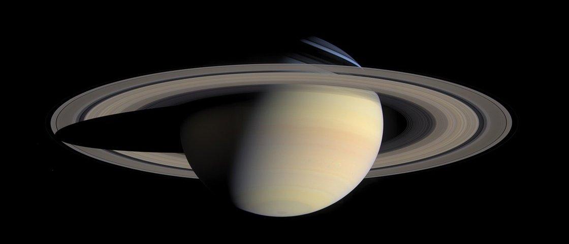 Saturno demora pouco mais de 10 horas e meia para dar a volta em seu eixo