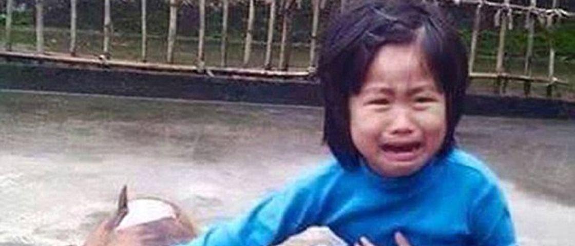De partir o coração: menina de 5 anos encontra seu cão perdido... assado