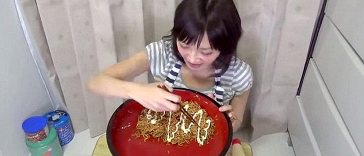 A fúria japonesa: mulher bota 4 kg de yakisoba para dentro em 3 minutos