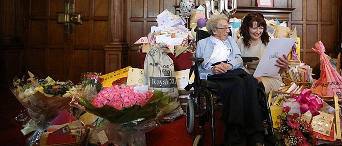 Sem família, viúva recebe 16 mil cartões e festeja aniversário de 100 anos