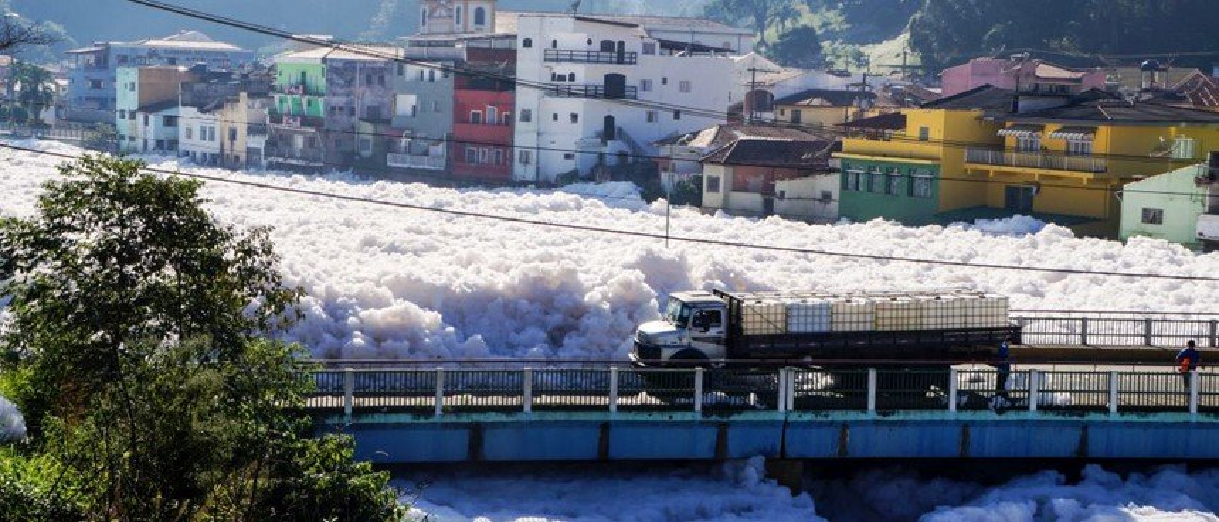 Neve no Brasil? Não, é só espuma de poluição do rio Tietê