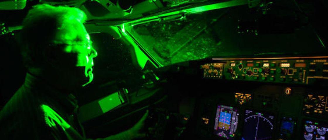 Veja como um laser pode cegar um piloto de avião