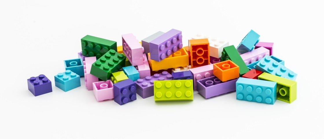 Você sabe como são feitas as peças de LEGO?