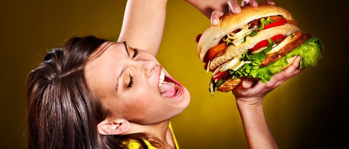 Quer seduzir uma mulher? Estudo recomenda dar bastante comida para ela