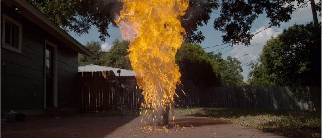 Veja em câmera lenta milhares de palitos de fósforo pegando fogo [vídeo]
