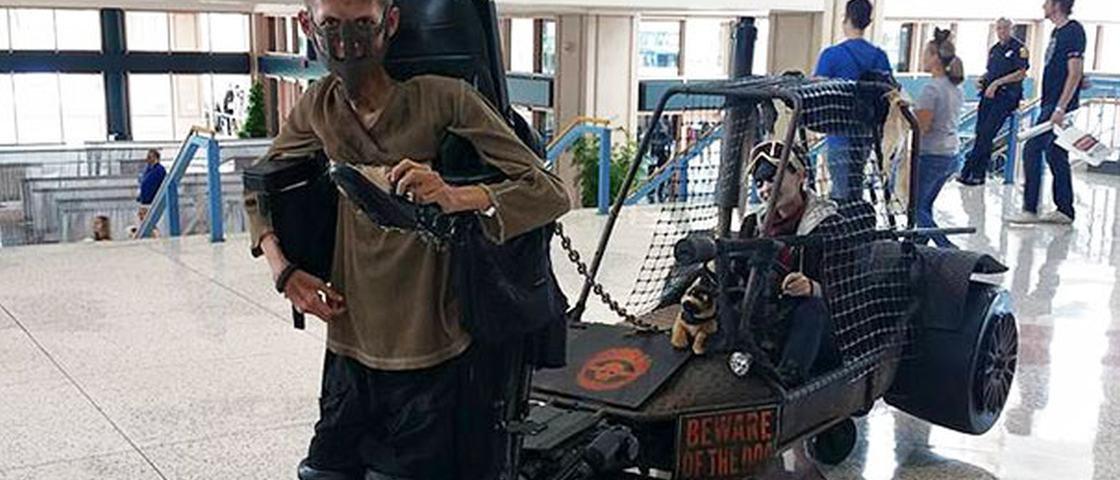 Estudante adapta sua cadeira de rodas para um incrível cosplay de 'Mad Max'