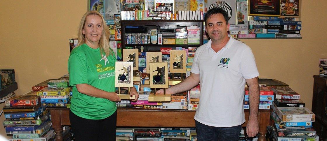 O representante do RankBrasil, Luciano Cadari entrega os troféus de recordista à Luiza Figueiredo / Foto: RankBrasil