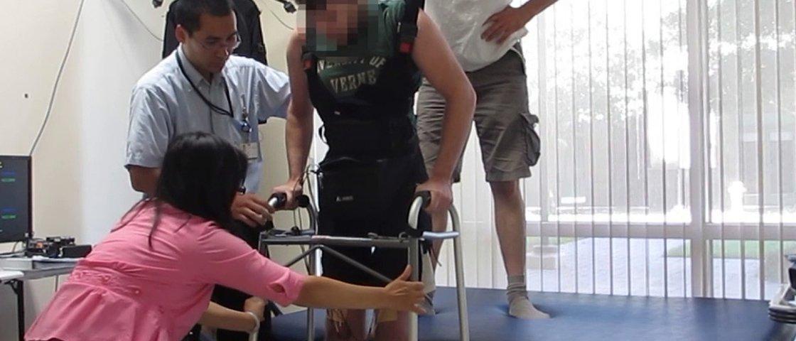 Homem volta a andar após ter sinais cerebrais 'roteados' para as pernas