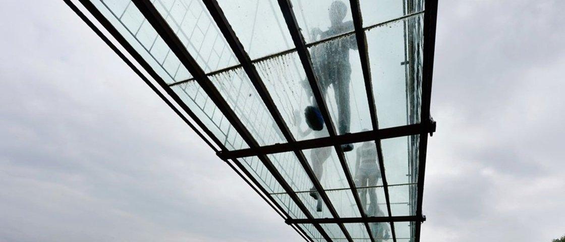 Teto de vidro? Ponte da China tem material trincado durante excursão