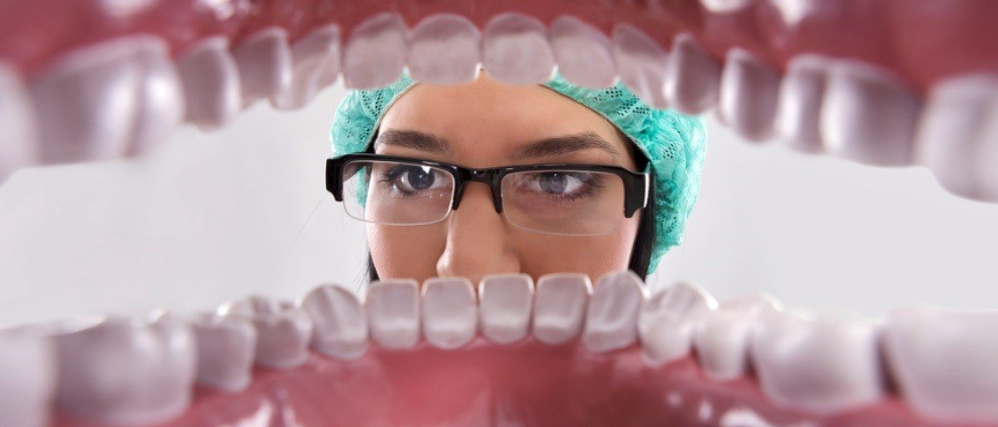 15 hábitos comuns que estão comprometendo a sua saúde bucal