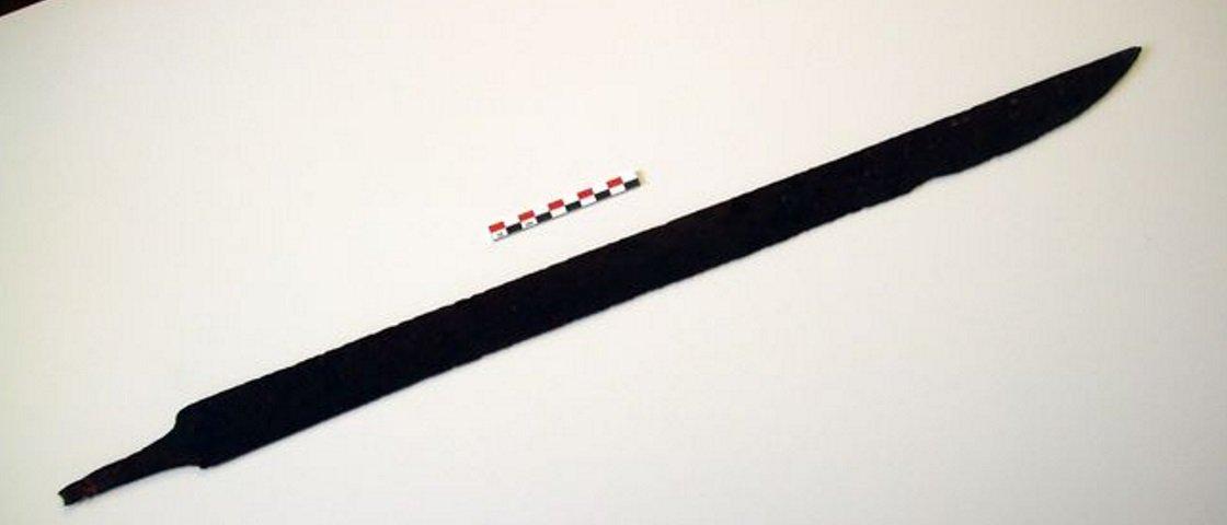 Durante caminhada, homem encontra antiga espada Viking de 1,2 mil anos