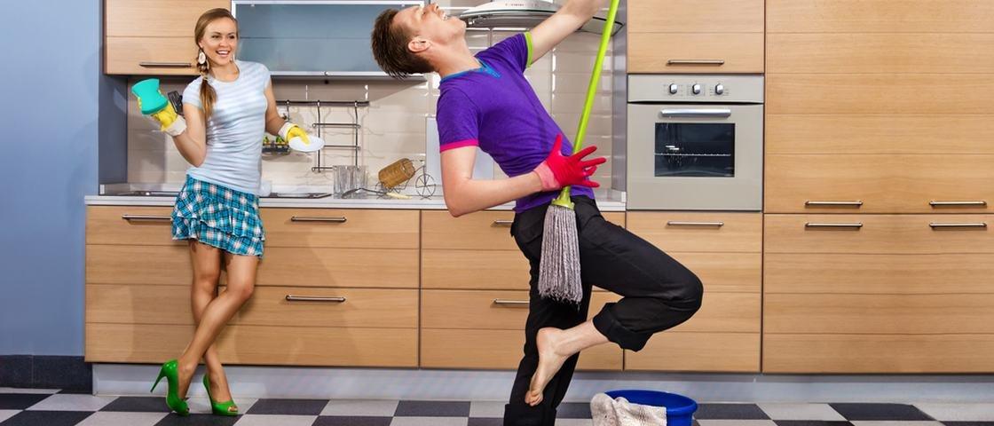 Estudo comprova: casal que divide tarefas domésticas tem melhor vida sexual
