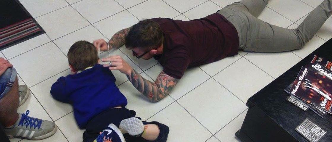 Garotinho autista supera medo de cortar os cabelos com um barbeiro incrível