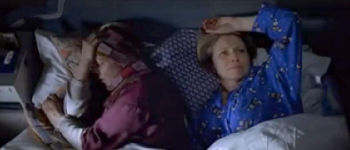 Assista à linda cena lésbica de 'Simplesmente Amor' que ficou fora do filme