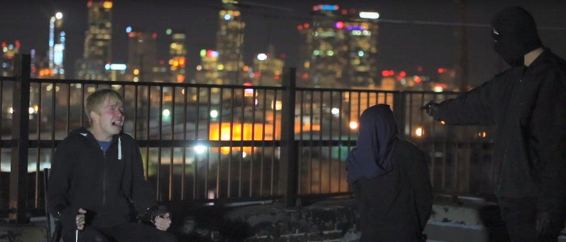 Rapaz simula o próprio assassinato em pegadinha sinistra com amigo [vídeo]