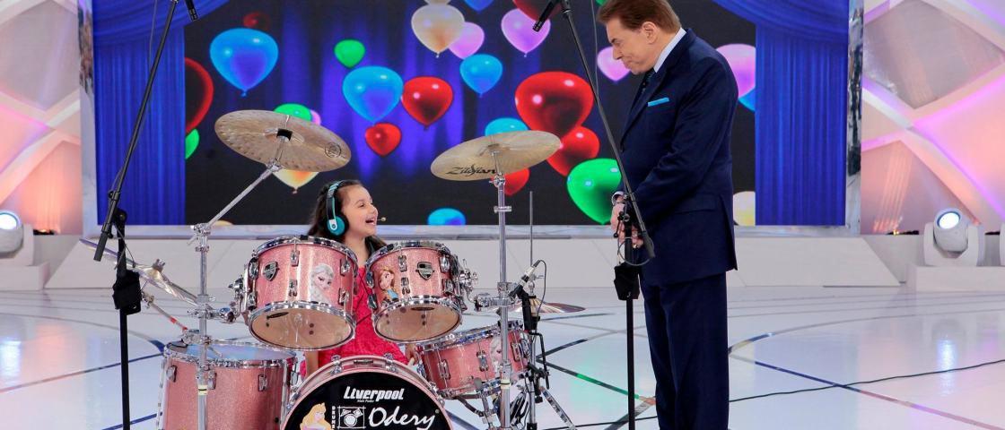Menina de 6 anos arrasa na bateria com clássicos do rock and roll