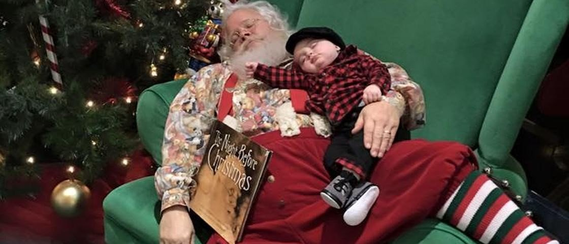 Fofura natalina: bebê dorme no colo do Papai Noel e viraliza no Facebook
