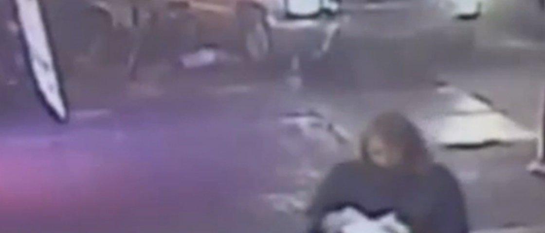 Mulher testemunha atropelamento com vítimas e continua comendo pizza
