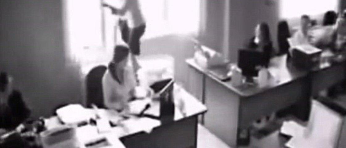 Câmera de segurança flagra mulher pulando da janela de um escritório – veja