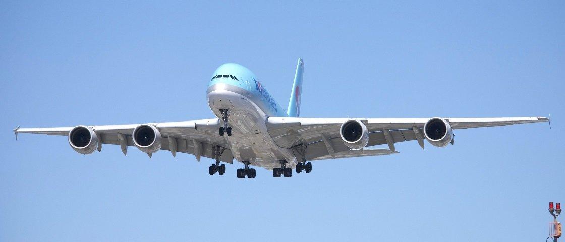 O que acontece se uma pessoa tenta abrir a porta de um avião durante o voo?