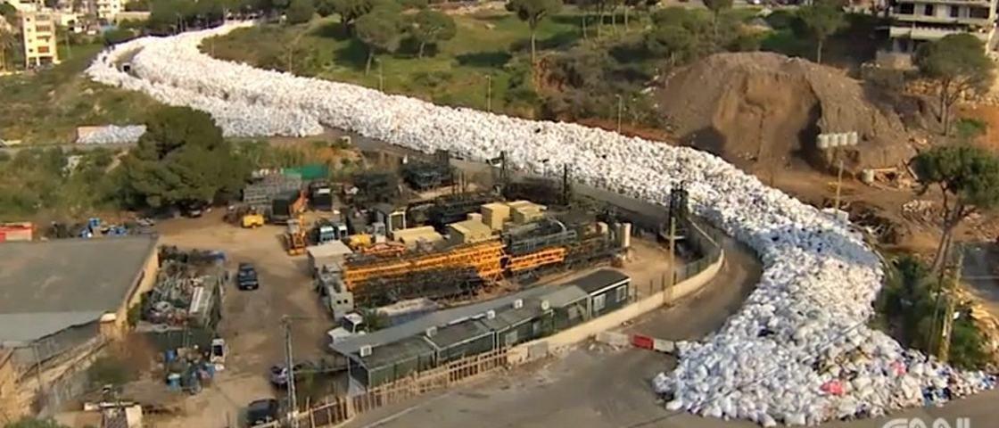 Rio de lixo impressiona e ameaça a saúde pública na capital do Líbano